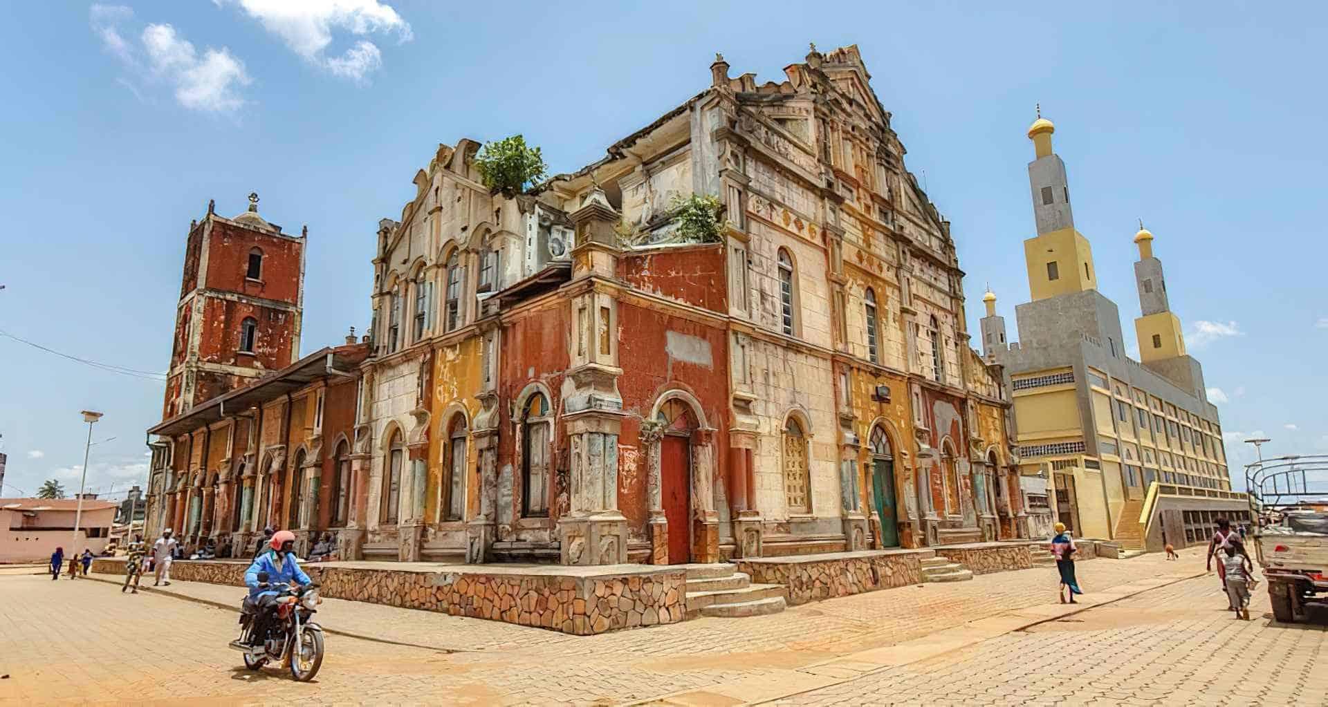 Foto de Porto Novo, capital de Benín y la coronación de un rey vudú